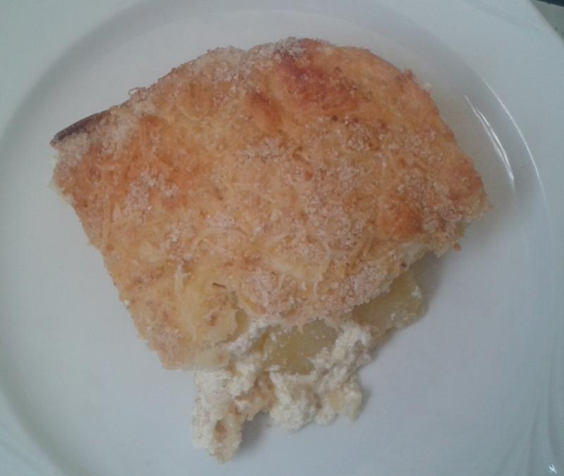 Francia rakott krumpli fehér tányéron