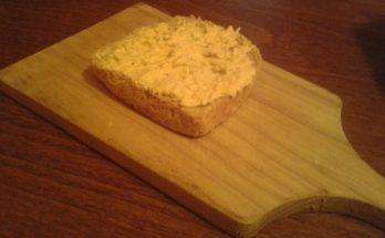 Tojáskrémes kenyér vágódeszkán
