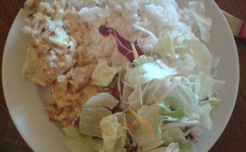 Egy tál göngyölt hús salátával és rizzsel