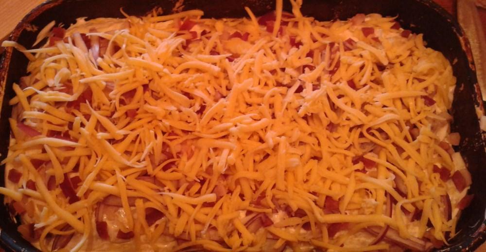 A tészta megszórva reszelt sajttal