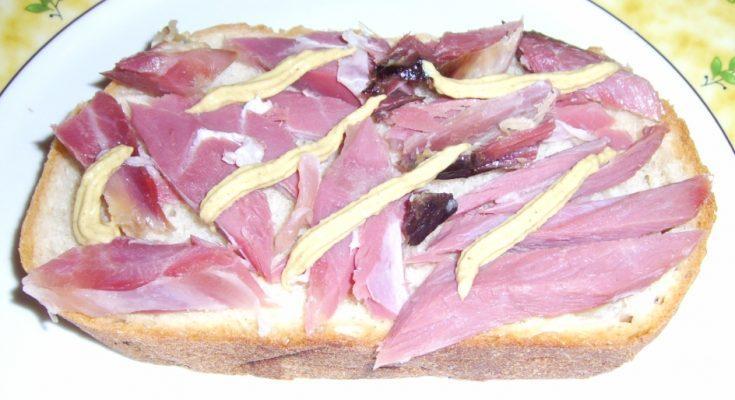 Mustáros csülöksonkás szendvics