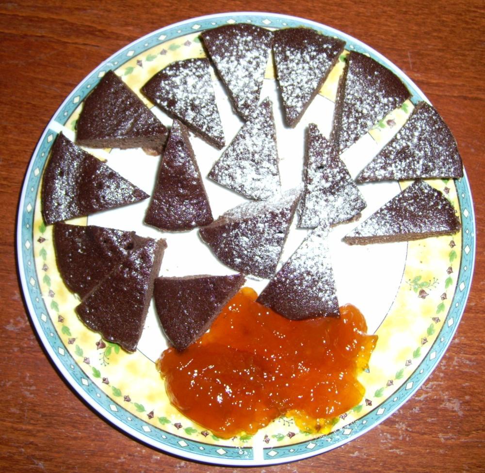 A kakaós süti porcukorral és lekvárral