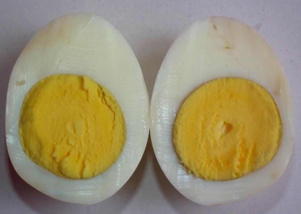 Félbevágott főtt tojások