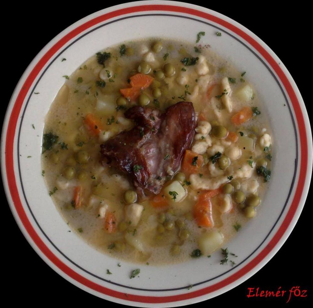 Egy tál csipetkés zöldborsó leves füstölt hússal