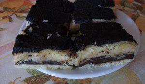 Citromos és kakaós sütemény tálcán