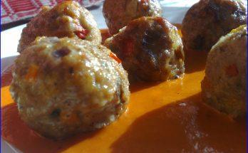 Fűszeres húsgombócok paradicsomos szószban