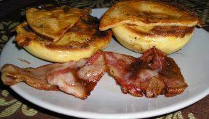 Angol reggeli angol muffinnal és sült baconnal