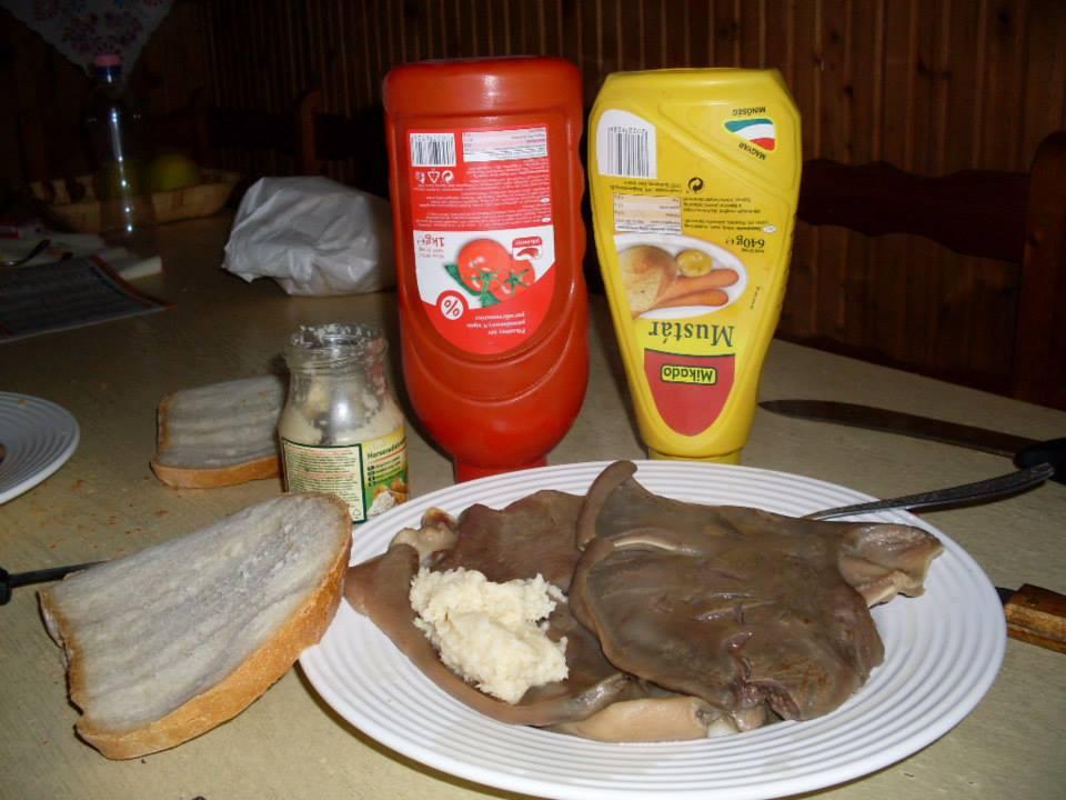 Főtt disznófül friss kenyérrel