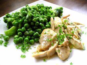 Sült csirke brokkoli és zöldborsó körettel