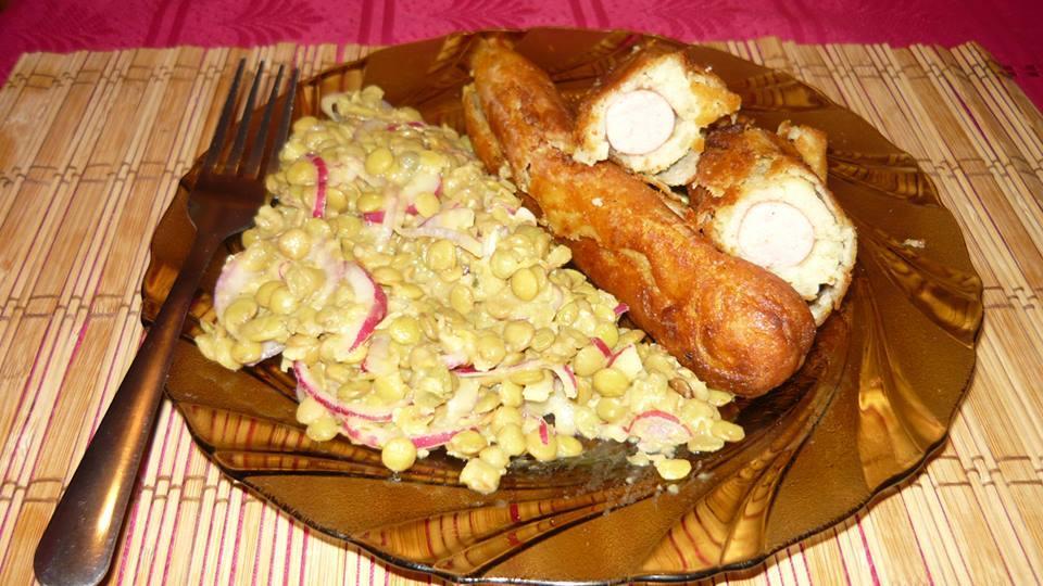 Krumplis tésztában sült virsli lencse salátával
