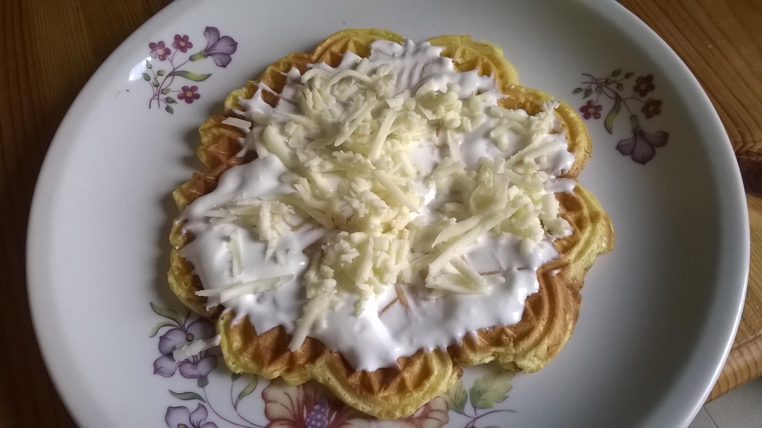 Sült hagymás gofri sajttel és telföllel