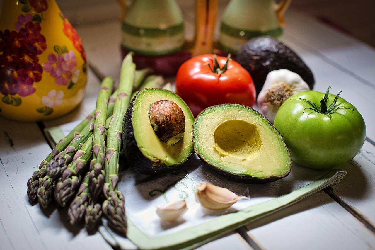 zöldségek avokádó spárga paradicsom